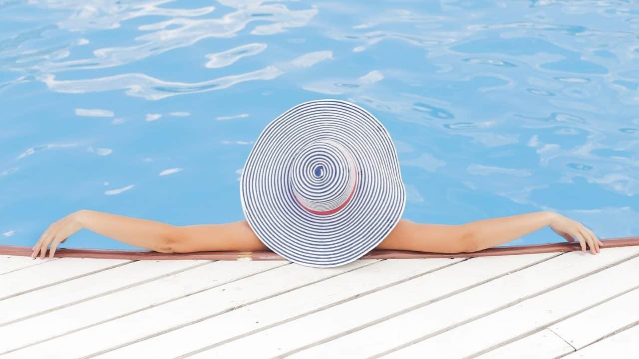 Terrasse en bois exotique : la meilleure alternative autour de la piscine !