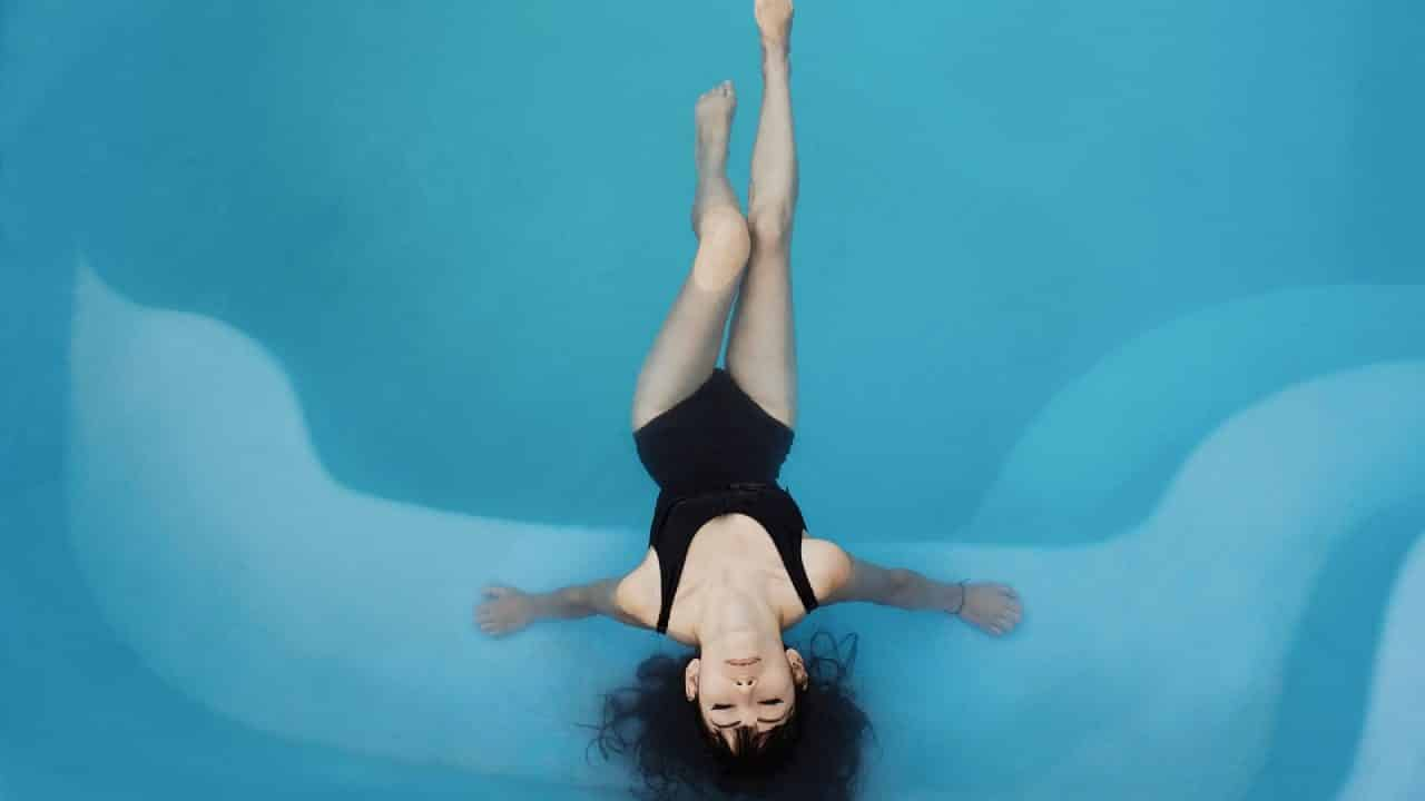 La sécurité de la piscine avec des volets roulants immergés